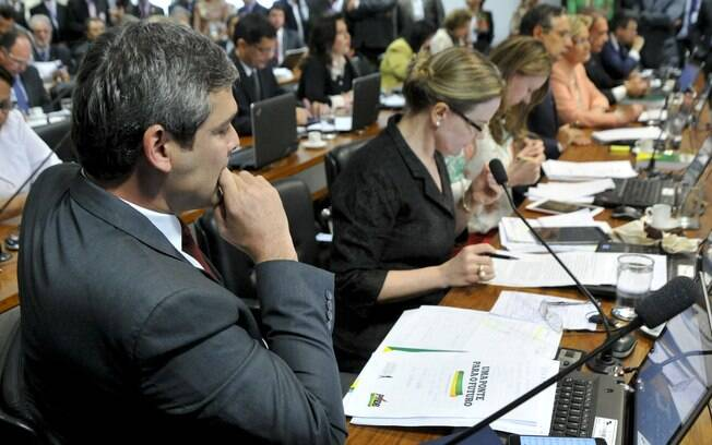 Senador Lindenbergh Farias (PR-RJ) e senadora Gleisi Hoffman (PT-PR) durante reunião que discute o encaminhamento do relatório da Comissão Especial do Impeachment no Senado. Foto: Geraldo Magela/Agência Senado