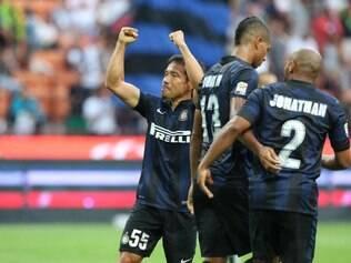 Jogadores celebram o gol com Jonathan