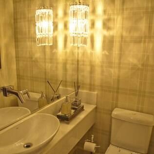 O lavabo ganha amplitude com o espelho e a estampa simétrica na parede. De Fabrício Forg