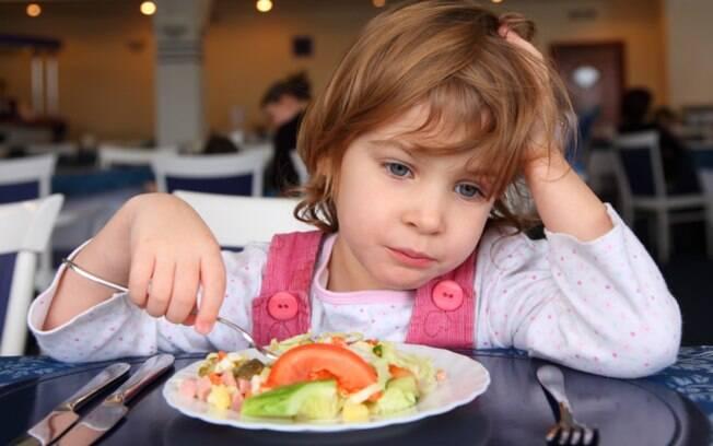 A refeição deixa de ser natural e torna-se uma obrigação quando a saciedade da criança não é respeitada pelos próprios pais