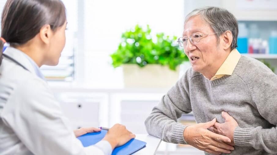 Não deixe para ir ao médico somente quando tiver algum sintoma - medir a pressão arterial periodicamente é essencial