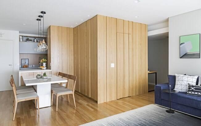 O painel de madeira na decoração pode ser um acessório ou mesmo algo mais imponente, como uma divisória do ambiente