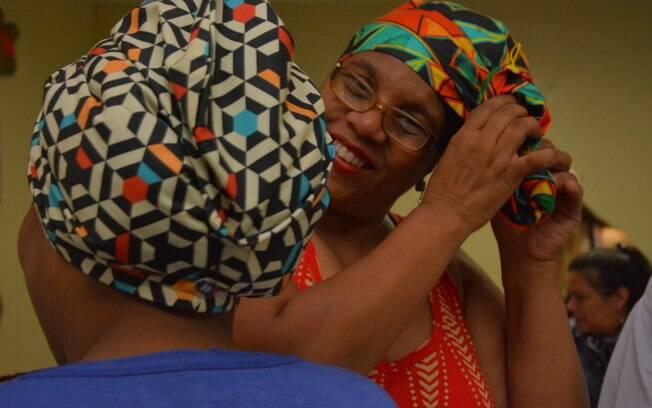 Adolescentes em internação provisória aprenderam a fazer diferentes amarrações de turbantes