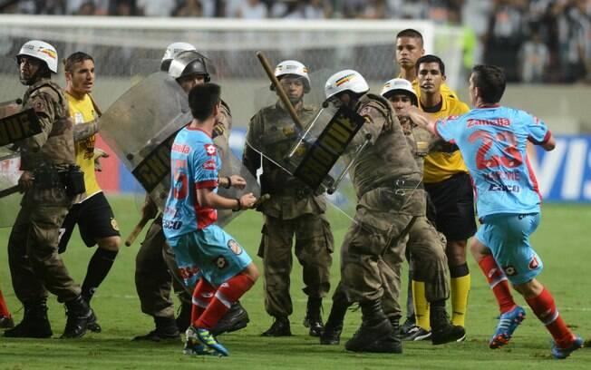 Jogadores do Arsenal entram em confronto com  a Polícia Militar no Independência