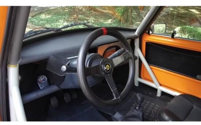 O interior é típico dos carros de corrida europeus, bastante similar aos carros das competições de Hill Climb