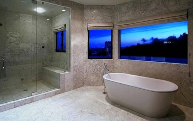 Banheiro da suite principal todo em mármore