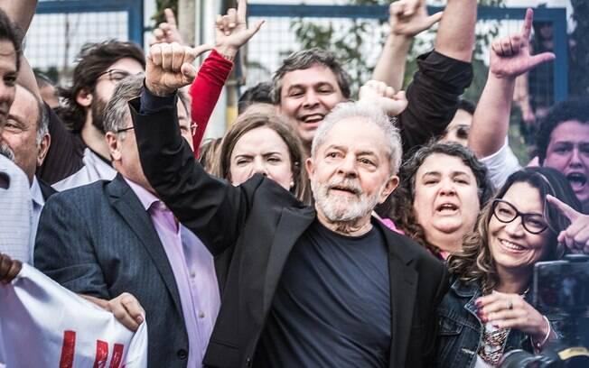 Lula cumprimentou seus apoiadores ao sair do prédio da Superintendência da PF