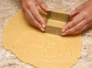 Aprenda a fazer a massa e o glacê dos biscoitos natalinos
