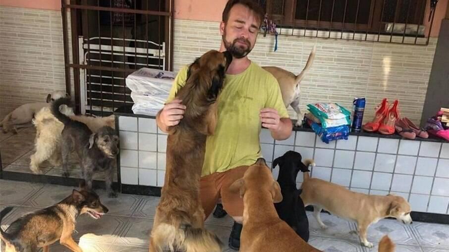 Médico atende em troca de ração para animais abandonados