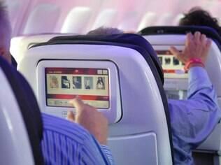 Ouça música ou assista a algum filme durante o voo para se distrair
