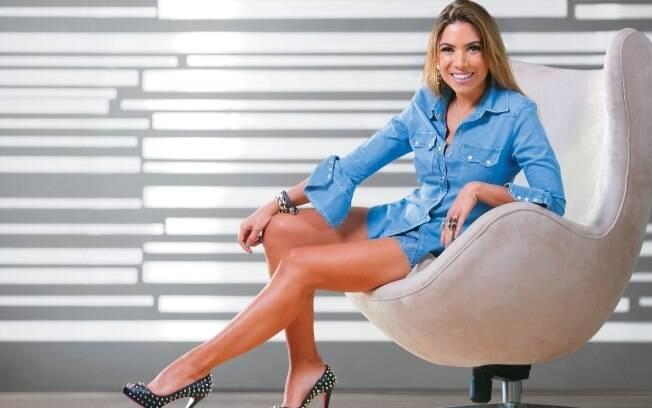 De Louboutin e short jeans, Patricia Abravanel posou para a revista Contigo! desta semana