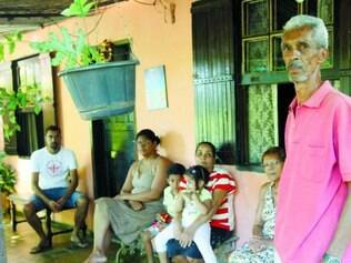 Angústia. A família de Jorge de Souza (em pé) não sabe para onde ir após deixar casa no São Gabriel