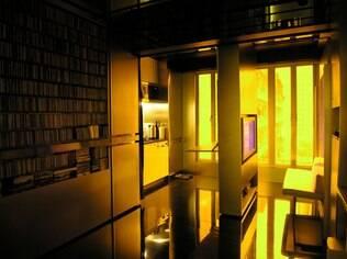 Apartamento com paredes móveis projetado por Gary Chang está em Hong Kong