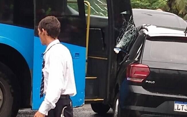 Carro foi esmagado por BRT no Rio de Janeiro.