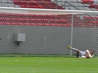 Goleiro Hugo defende uma das cobranças da penalidade