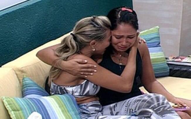 Sisters se emocionam e se abraçam
