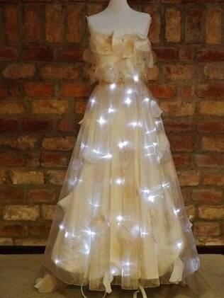 A noiva pode escolher quando acender as pequenas luzes com um controle remoto
