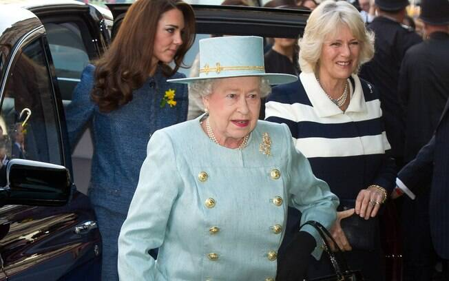 Kate Middleton passeou com Camila Parker-Bowles, sua sogra, e Rainha Elizabeth, avó de seu marido