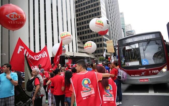 Ativistas bloqueiam faixas da avenida Paulista, no sentido Paraíso, em manifestação pró-Dilma. Foto: Renato S. Cerqueira/Futura Press - 3.10.15