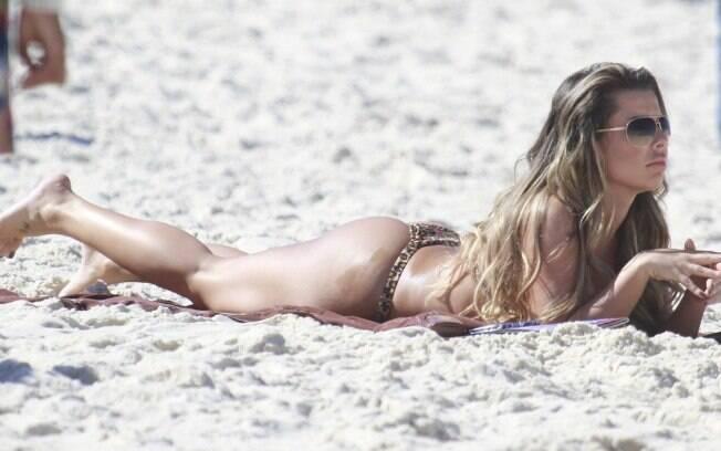 Fernanda Souza grava 'Malhação' na praia