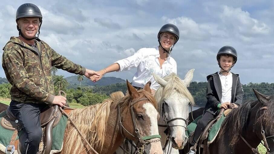 Alexandre Correa, Ana Hickmann e Alexandre Jr. andam à cavalo