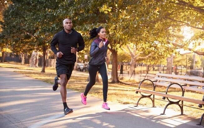 Os exercícios ao ar livre - inclusive a caminhada - podem ser beneficiados pelo uso da esteira para variar a rotina