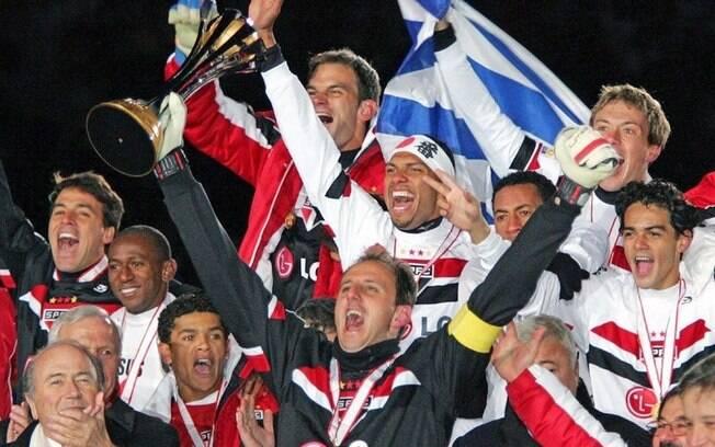 Rogério ergue a taça de campeão Mundial pelo São Paulo.