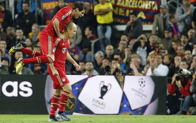 Javi Martinez pula sobre Robben após holandês  marcar gol para o Bayern de Munique sobre o  Barcelona