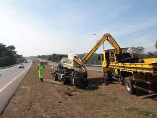 Batida entre dois caminhões ontem deixou um motorista ferido levemente