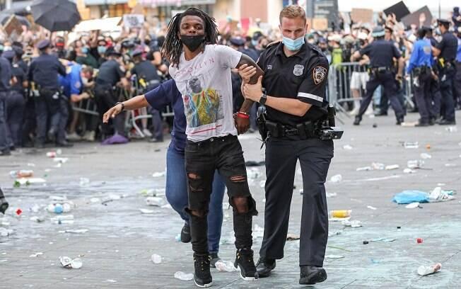 Manifestantes protestam em Nova York após a morte de Floyd por um policial branco. Foto: William Volcov/Brazil Photo Press/Agencia O Globo
