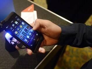 BlackBerry Z10, smartphone topo de linha da marca, custa R$ 2,4 mil e está à venda no Brasil