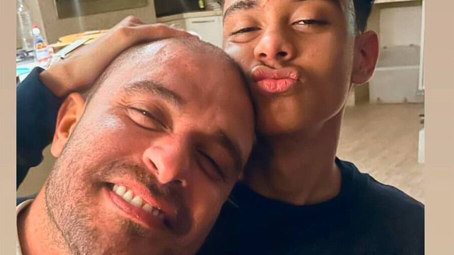 Filho de Diogo Nogueira posta foto com o pai