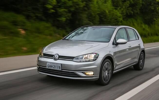 VW Golf é um sucesso de crítica e ainda continua sendo vendido em vários mercados. No Brasil, resta a esperança da chegada da nova geração