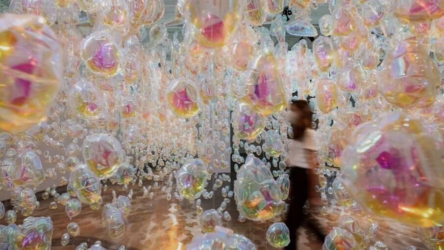 A instalação de Daisy Balloon com 3 metros de altura sugere o percurso do ciclo da água