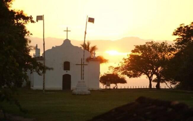 Ver o pôr do sol na igrejinha da praça do Quadrado é uma das indicações