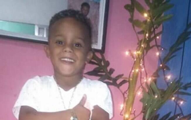 Ryan Gabriel foi atingido por uma bala perdida no peito quando brincava no portão da casa da avó