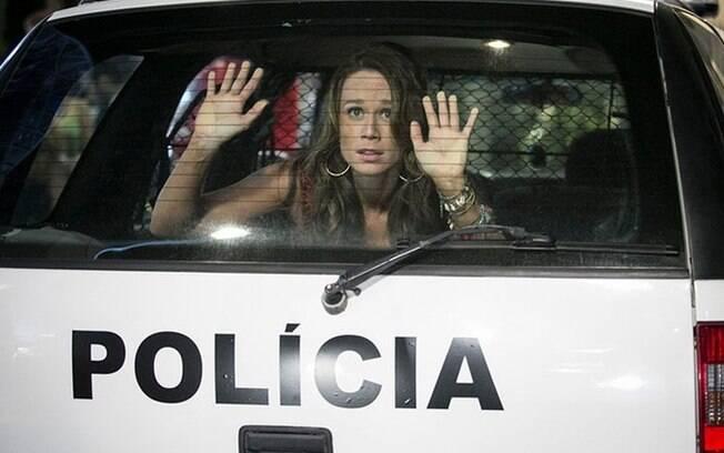 Tancinha é presa e é levada no carro da polícia, em