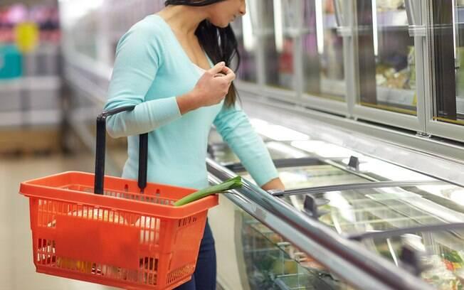 Supermercado terá que indenizar mulher que escorregou em chão molhado