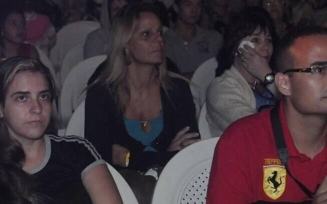 Sandra Brito, mãe de Kayky Brito, se emociona na plateia