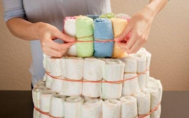 O bolo pode ser feito com fraldas de pano ou descartáveis
