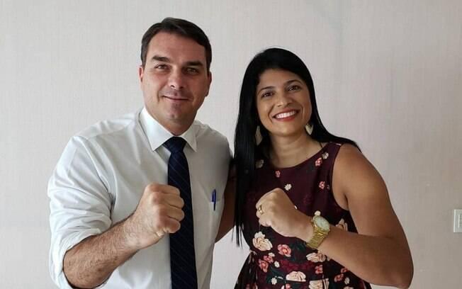 Flávio Bolsonaro e Alana Passos, que será candidata do PSL à prefeitura de Queimados