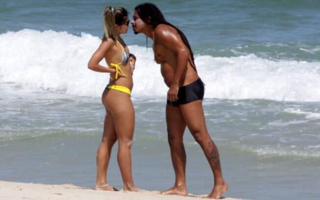 Falcão curte tarde na praia com a namorada