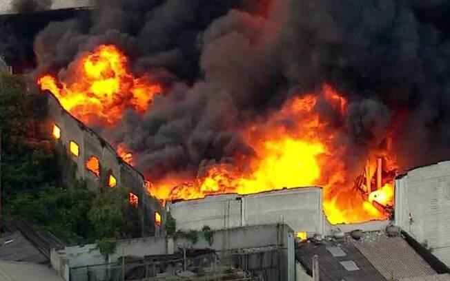 Força das chamas fez parte de teto de galpão cair