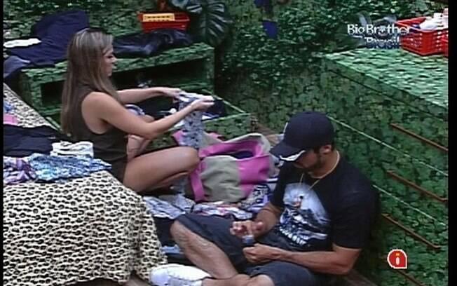 Enquanto organiza seus pertences, Renata fala mal de João Carvalho