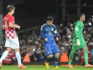 De pênalti, Messi fez o segundo gol argentino na vitória por 2 a 1