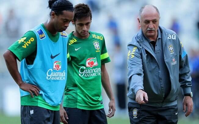 O técnico Luiz Felipe Scolari orienta o  posicionamento de Ronaldinho Gaúcho e Neymar  durante o treino da seleção brasileira