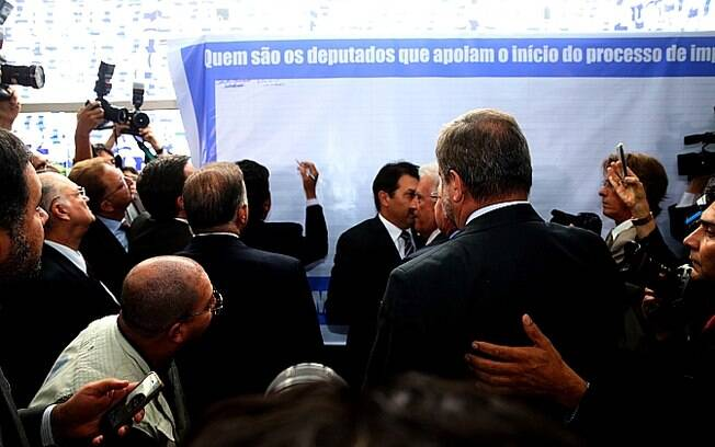 Parlamentares de oposição, a maioria do PSDB, assinam painel com o pedido de impeachment da presidente Dilma