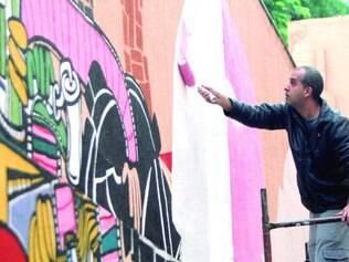 Criação. Wagner Braccini coloca tinta sobre outros grafites da edição passada do Arte Graffiti