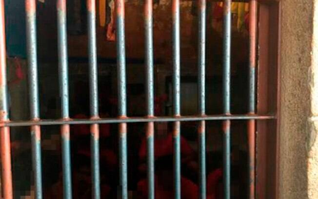A Defensoria Pública de Minas Geriais encontrou cela com 17 pessoas (6 camas) e luz natural no Presídio Professor Jacy de Assis.