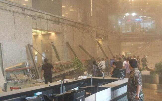 Imagens nas redes sociais mostraram os escombros após a queda do mezanino da Bolsa em Jacarta